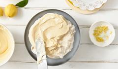 Bezowy tort cytrynowy - Bezowe blaty przekładamy cytrynowym kremem