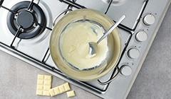 Rozpuszczamy białą czekoladę w kąpieli wodnej