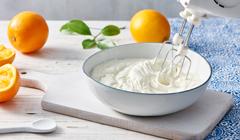 Greckie ciasto karidopita - Szprycujemy krem jogurtowy