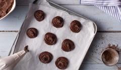 Ptysie czekoladowo-truskawkowe - Formujemy babeczki