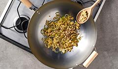 Pad thai z warzywami i łososiem - Podsmażamy w woku warzywa z jajkiem