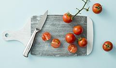Pomidory kroimy na połówki