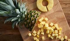 Chutney z ananasa - Obieramy i kroimy ananasa