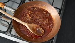 Konfitura z pomidorów z curry - Podsmażamy przyprawy