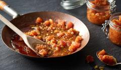 Konfitura z pomidorów z curry - Gorącą konfiturę przekładamy do słoiczków