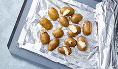 Ziemniaki wkładamy do foliowej kieszonki