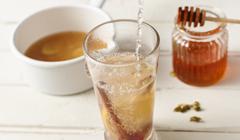 Napar z imbiru - dodajemy miód, sok wyciśnięty z cytryny i pomarańczy