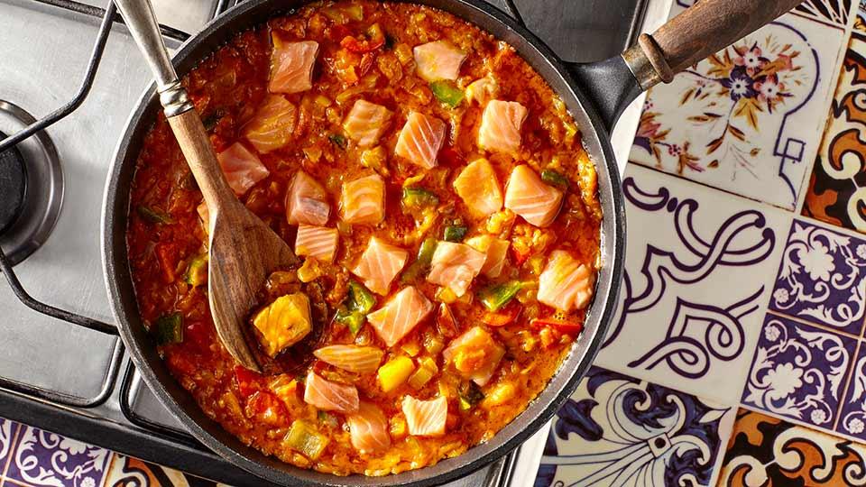 Łosoś po indyjsku - łączymy sos z kawałkami ryby