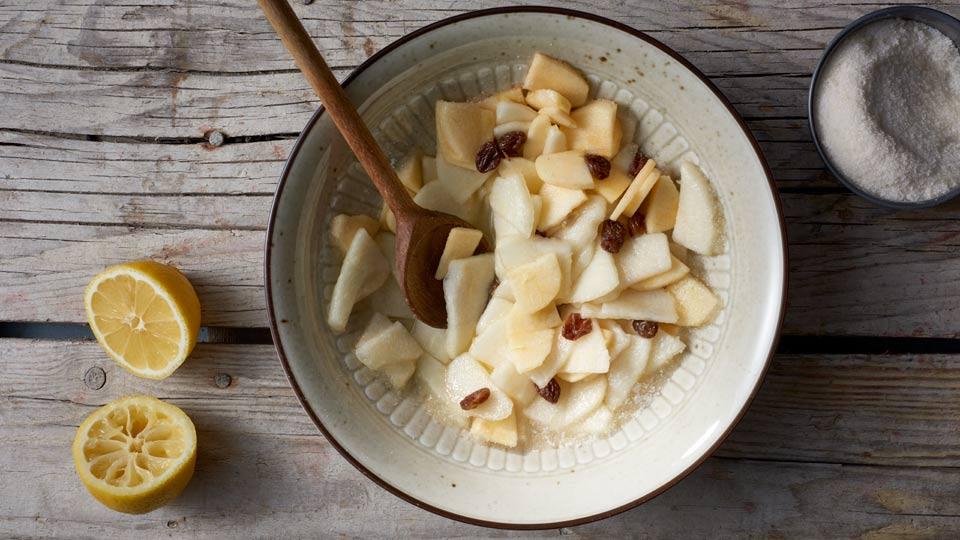 Jabłka, gruszki i rodzynki - Mieszamy składniki