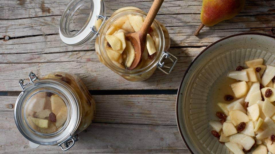 Jabłka, gruszki i rodzynki - Do tak przygotowanych słoików przekładamy owoce wraz z syropem