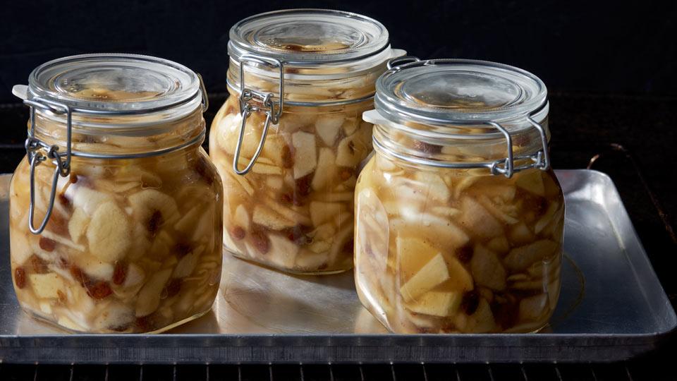 Jabłka, gruszki i rodzynki - Pasteryzujemy słoiki