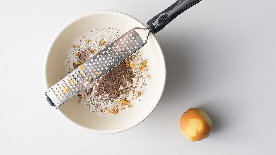 ciasto czekoladowo-pomarańczowe - przesiewamy mąkę