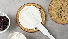 Przekładamy ciasto jogurtem i konfiturą