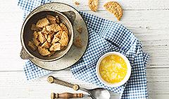 Sernik z ricottą - ciasteczka rozdrabniamy i łączymy z masłem