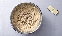 Deser cappuccino - Dosypujemy do ciasta posiekaną czekoladę