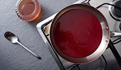 Tarta czekoladowa - Smażymy konfiturę malinową