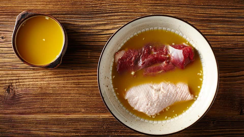 Sałatka z kaczką, gruszką i buraczkiem - Marynujemy mięso