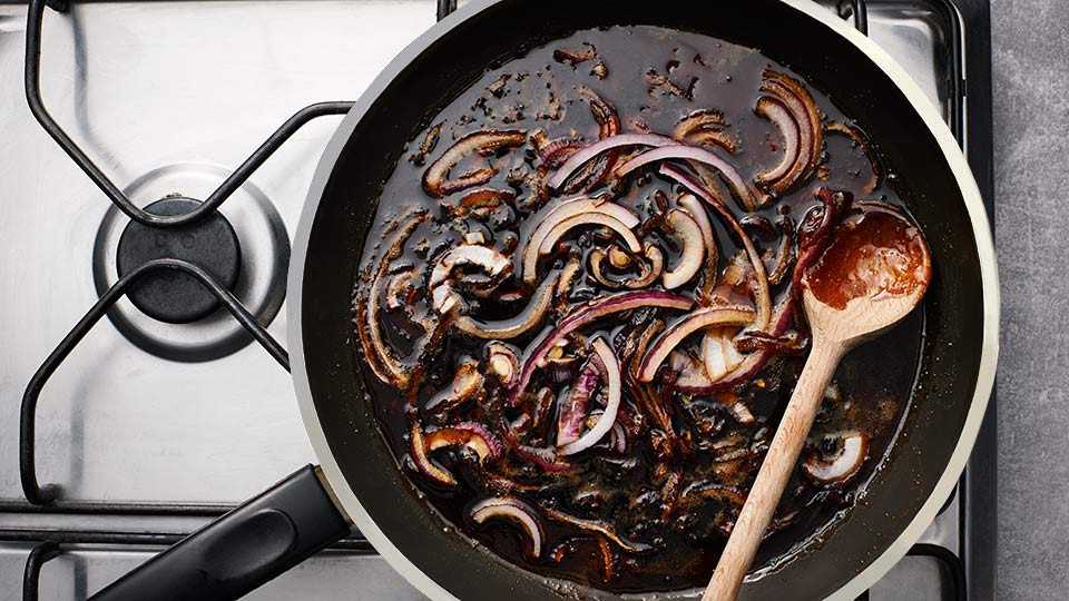 Kaczka - Karmelizujemy cebulę