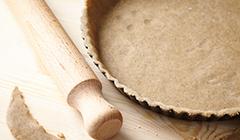 Tarta jabłkowo-waniliowa - wylepiamy formę ciastem