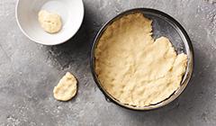 Ciasto z orzechami włoskimi - Ciasto wykładamy na blaszkę