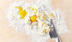 Kruche ciasteczka z orzechami - Siekamy składniki kruchego ciasta