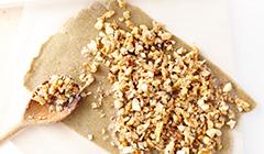 Kruche ciasteczka z orzechami - Nakładamy karmelizowane orzechy na ciasto