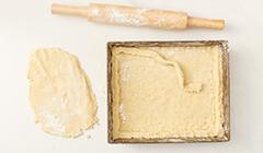 Mazurek królewski - Układamy ciasto na blaszce