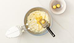 Mazurek królewski - Ucieramy masło z pozostałymi składnikami