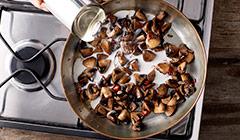 łosoś w sosie kokosowo-limonkowym - smażymy pieczarki