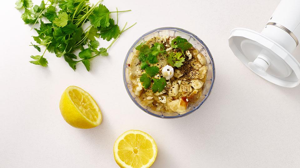 Szaszłyki z karkówki - Przygotowanie sosu z bakłażana