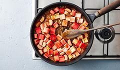 Ciasto rabarbarowe - smażymy rabarbar