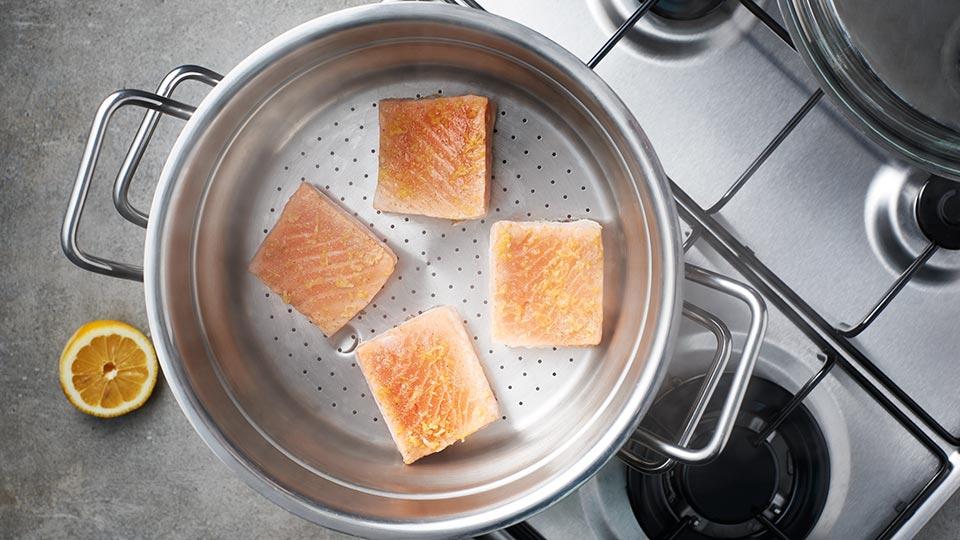 Łosoś z salsą - gotujemy łososia na parze