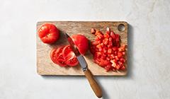 Zupa pomidorowa - kroimy pomidory