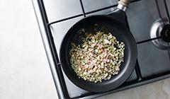 Zupa pomidorowa - podsmażamy szalotkę
