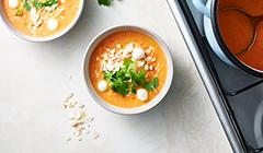 Zupa pomidorowa - posypujemy kolendrą