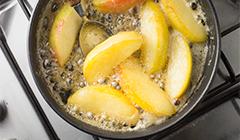 Uda gęsi z jabłkami - karmelizowanie jabłek w miodzie