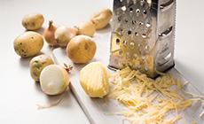 Ziemniaki oraz cebulę obieramy i ścieramy na tarce o dużych oczkach