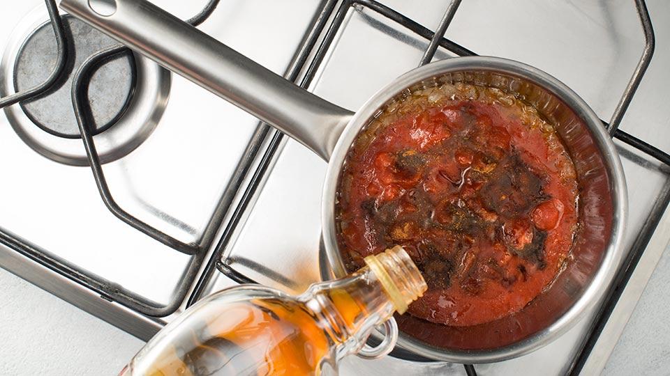 Pieczone skrzydełka - Dodajemy pomidory do sosu