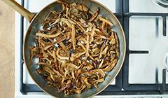Zupa z suszonych grzybów - smażymy warzywa
