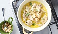 Makaron z pieczonym kurczakiem i szpinakiem - Podsmażamy czosnek