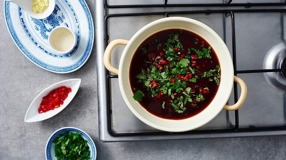 Sajgonki z pieczoną kaczką - Łączymy składniki sosu