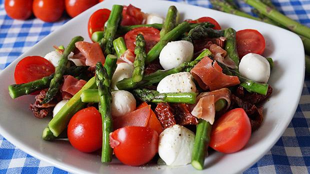 Pikantna sałatka z grillowanymi szparagami, mozzarellą i suszonymi pomidorami