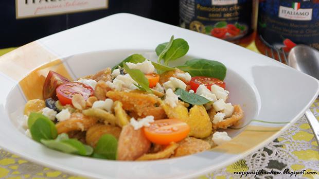 Makaron kolorowy strascinati z sosem oliwkowym, pomidorami i mozarellą