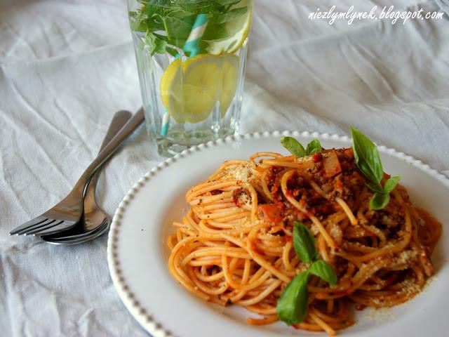 Spaghetti pełnoziarniste z pieczonym bakłażanem i pomidorami