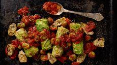 """""""Hiszpańskie gołąbki"""" z chorizo w pomidorach z karczochami"""