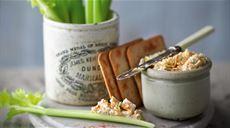 Seler naciowy z nadzieniem z sera brie i krakersów