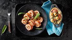 Schab faszerowany pesto z suszonych pomidorów z clafoutis z pomidorkami, oliwkami i fetą