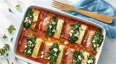 Roladki z mięsa mielonego z szynką, serem feta i szpinakiem w sosie pomidorowym