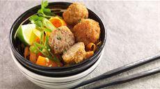 Smażone klopsiki wieprzowe z surówką z warzyw i świeżym imbirem