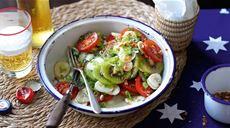 Pożywna sałatka z kiwi, bananami i pomidorami